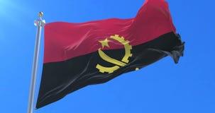 Bandera de Angola que agita en el viento en lento con el cielo azul, lazo