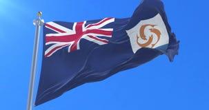 Bandera de Anguila que agita en el viento en lento con el cielo azul, lazo
