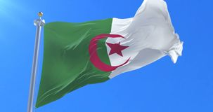 Bandera de Argelia que agita en el viento con el cielo azul, lazo