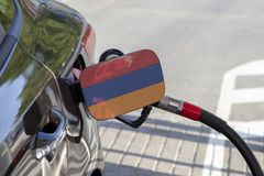 Bandera de Armenia en la aleta del llenador del combustible del ` s del coche imagenes de archivo