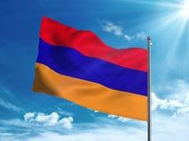 Bandera de Armenia que agita en el cielo azul Imagen de archivo libre de regalías