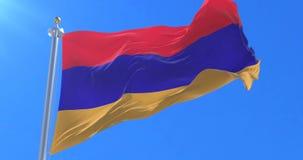Bandera de Armenia que agita en el viento en lento con el cielo azul, lazo