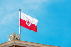 Bandera de Austria en el tejado del parlamento Bandera en el Vienn imagen de archivo libre de regalías