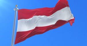 Bandera de Austria que agita en el viento con el cielo azul, lazo
