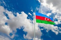 Bandera de Azerbaijan en el cielo nublado azul Fotografía de archivo