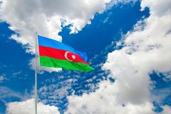 Bandera de Azerbaijan en el cielo nublado azul Foto de archivo libre de regalías