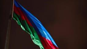 Bandera de Azerbaijan que flota en el viento contra el cielo nocturno almacen de metraje de vídeo
