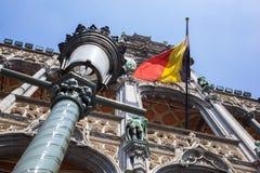 Bandera de Bélgica en Grand Place Imágenes de archivo libres de regalías