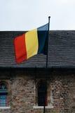 Bandera de Bélgica en una pared de la iglesia Fotos de archivo libres de regalías