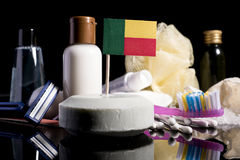 Bandera de Benin en el jabón con todos los productos para la gente Foto de archivo