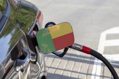 Bandera de Benin en la aleta del llenador del combustible del ` s del coche imagenes de archivo