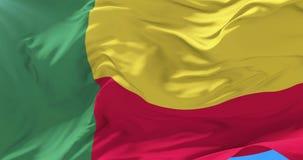 Bandera de Benin que agita en el viento en lento con el cielo azul, lazo