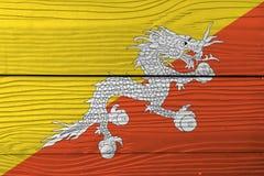 Bandera de Bhután en fondo de madera de la pared Textura de la bandera de Bhután del Grunge imagen de archivo
