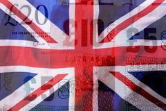 Bandera de británicos Union Jack que sopla en el viento Bandera BRITÁNICA colorida y billetes de banco de la libra del fondo Fotos de archivo