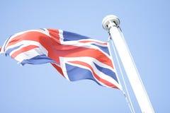 Bandera de Brithish en el cielo azul Foto de archivo
