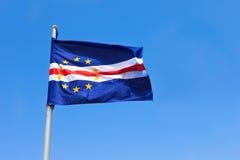 Bandera de Cabo Verde que agita en el viento sobre un cielo azul foto de archivo