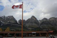 Bandera de Canadá en las montañas rocosas imagen de archivo libre de regalías