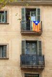 Bandera de Cataluña en el balcón de Barcelona Fotografía de archivo