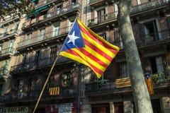 Bandera de Cataluña en el fondo de los edificios de Barcelona Fotografía de archivo libre de regalías