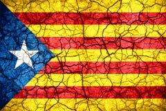 Bandera de Cataluña de la independencia en fondo agrietado de la textura Imagen de archivo
