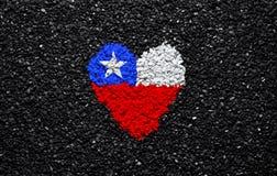 Bandera de Chile, bandera chilena, corazón en el fondo negro, piedras, grava y tabla, papel pintado fotos de archivo libres de regalías