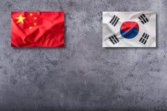 Bandera de China y de la Corea del Sur en fondo concreto imagen de archivo libre de regalías
