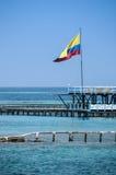 Bandera de Colombia sobre el océano de la turquesa. Cartagena de Indias, Suramérica. Foto de archivo