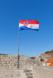Bandera de Croacia en las paredes de la ciudad de Dubrovnik, Croacia Fotos de archivo libres de regalías