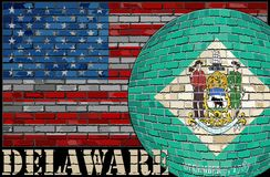 Bandera de Delaware en el fondo de la bandera de los E.E.U.U. Imagen de archivo