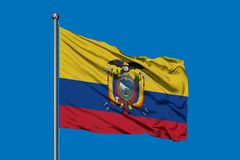 Bandera de Ecuador que agita en el viento contra el cielo azul profundo Bandera ecuatoriana stock de ilustración