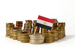 Bandera de Egipto con la pila de monedas del dinero imagen de archivo