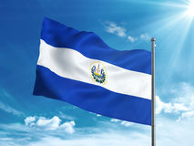 Bandera de El Salvador que agita en el cielo azul Fotos de archivo