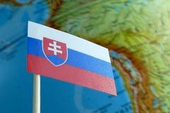 Bandera de Eslovaquia con un mapa del globo como fondo Fotografía de archivo libre de regalías