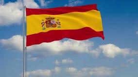 Bandera de España contra el fondo del cielo de las nubes stock de ilustración