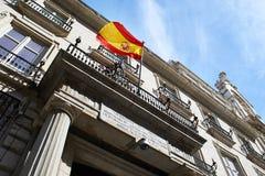 Bandera de España en un edificio del gobierno imagenes de archivo