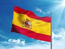 Bandera de España que agita en el cielo azul Fotos de archivo