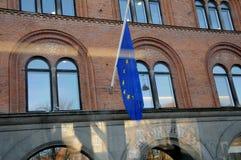 Bandera de Euopean en el medio palo en el europahuset Imágenes de archivo libres de regalías