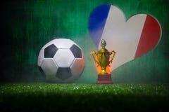 Bandera de Francia, campeón de oro \ 'taza de s y balón de fútbol en hierba Deporte del concepto Foto de archivo libre de regalías