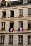 Bandera de Francia tricolora en la ventana imagen de archivo
