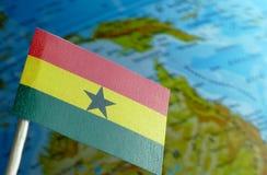 Bandera de Ghana con un mapa del globo como fondo Fotografía de archivo