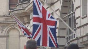 Bandera de Gran Bretaña un símbolo nacional delante de un edificio en Londres