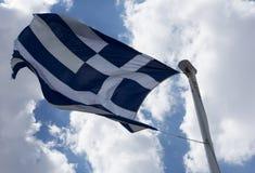 Bandera de Grecia en fondo del cielo azul Imagenes de archivo