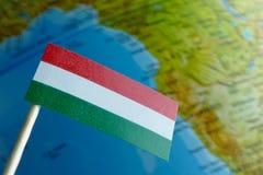 Bandera de Hungría con un mapa del globo como fondo Foto de archivo
