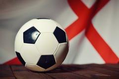 Bandera de Inglaterra con fútbol en los tableros de madera Fotografía de archivo libre de regalías