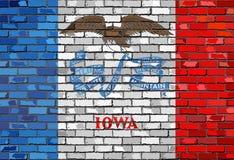 Bandera de Iowa en una pared de ladrillo Imagen de archivo