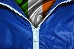 Bandera de Irlanda debajo de la cremallera desempaquetada fotografía de archivo libre de regalías