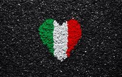 Bandera de Irlanda, bandera irlandesa, corazón en el fondo negro, piedras, grava y tabla, papel pintado texturizado fotografía de archivo libre de regalías