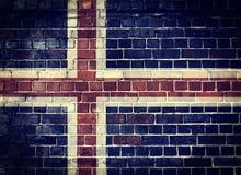 Bandera de Islandia del Grunge en una pared de ladrillo Fotografía de archivo