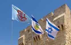 Bandera de Israel, de la CA y de la ciudad de Jerusalén las calles y las casas viejas de la ciudad antigua de Jerusalén Foto de archivo