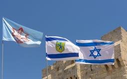 Bandera de Israel, de la CA y de la ciudad de Jerusalén las calles y las casas viejas de la ciudad antigua de Jerusalén Imágenes de archivo libres de regalías